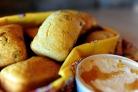 Кукурузный мини-хлеб с клюквой и орехами