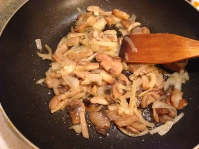 Бефстроганов из курицы с грибами - фото шаг 2