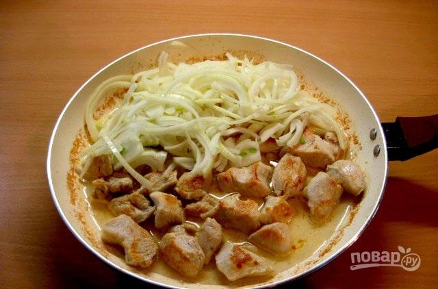 куриное филе с луком и сметаной на сковороде