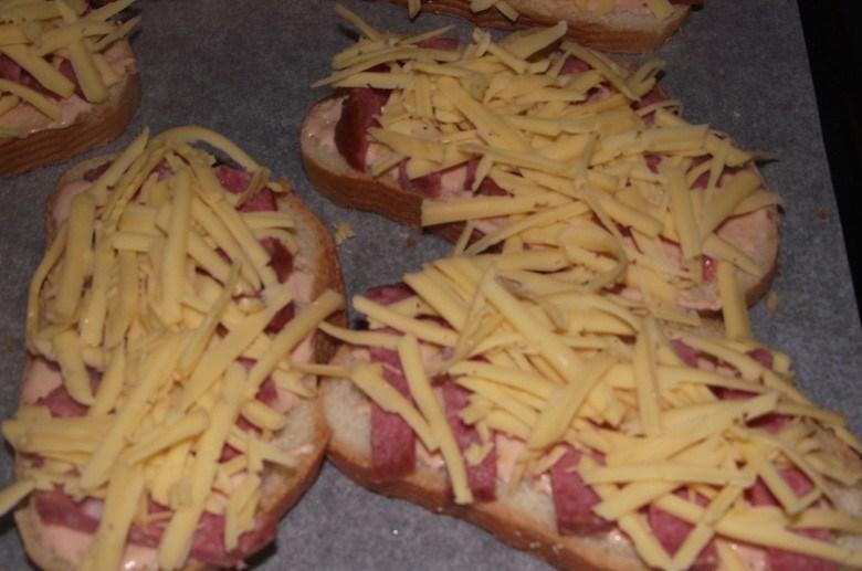 Бутерброды с колбасой жареные - фото шаг 3