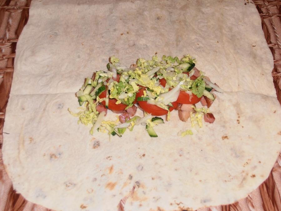 Шаурма с колбасой - фото шаг 8
