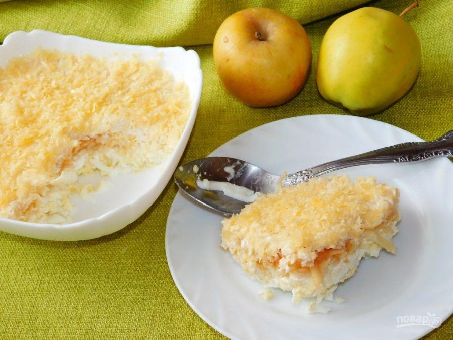 Французский салат с яблоком и маринованным луком