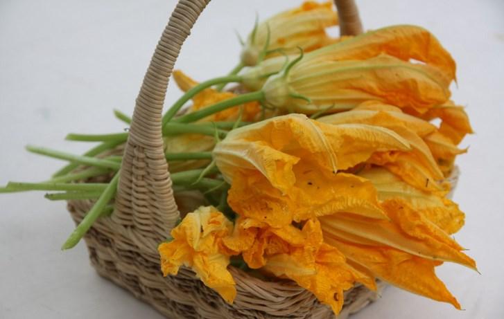 Жареные цветы кабачков - фото шаг 1