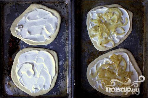 Пицца с беконом, луком и сметаной - фото шаг 3