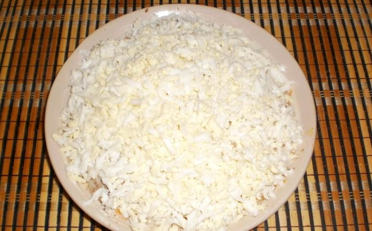 Слоеный салат со шпротами и сыром - фото шаг 8