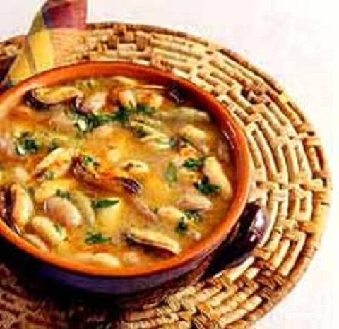 Суп из лапши и фасоли с мидиями