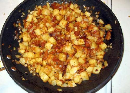 Жареная колбаса с картофелем  - фото шаг 12
