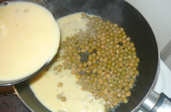 Омлет с зеленым горошком - фото шаг 4