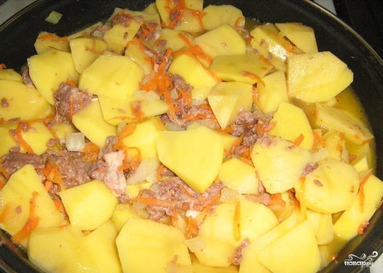 Картошка с тушенкой в горшочке рецепт 24