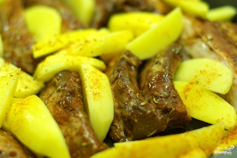 Запеченные ребрышки с картошкой - фото шаг 5