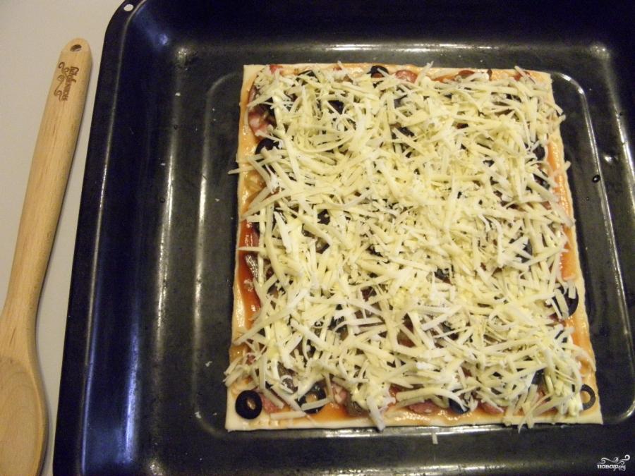 Пицца из слоеного теста в духовке - фото шаг 8