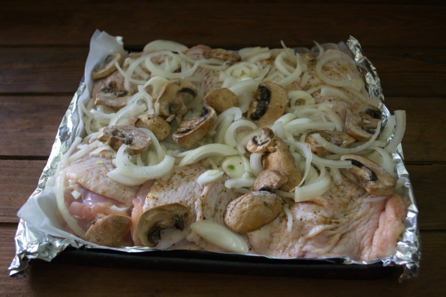 Окорочка с грибами в духовке - фото шаг 4