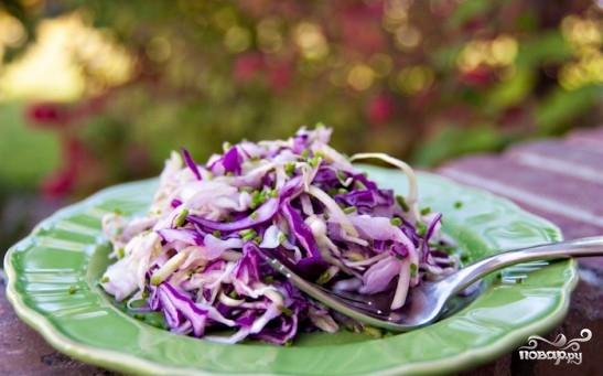 Салат из двух видов капусты и огурцов