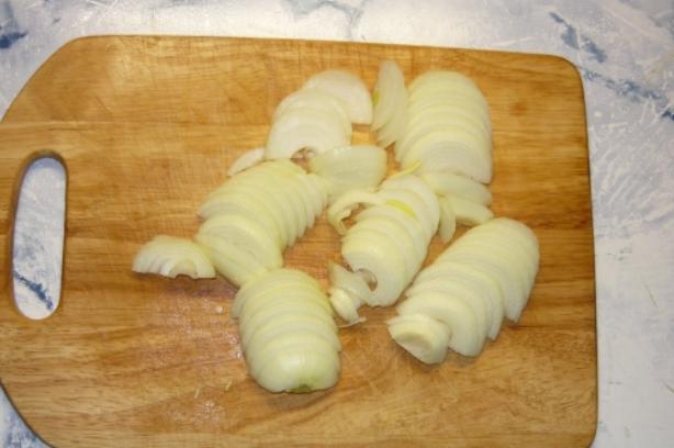 Мойва, тушеная с луком на сковороде - фото шаг 2