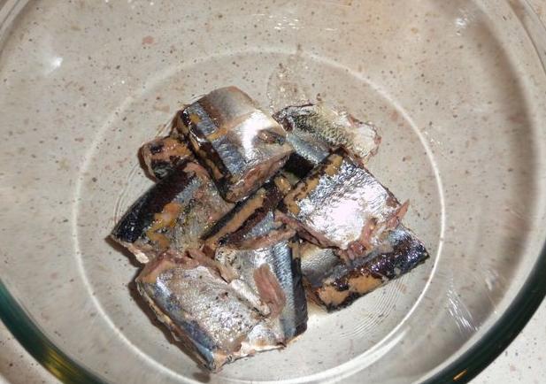 Рецепт Простой салат с консервами рыбными