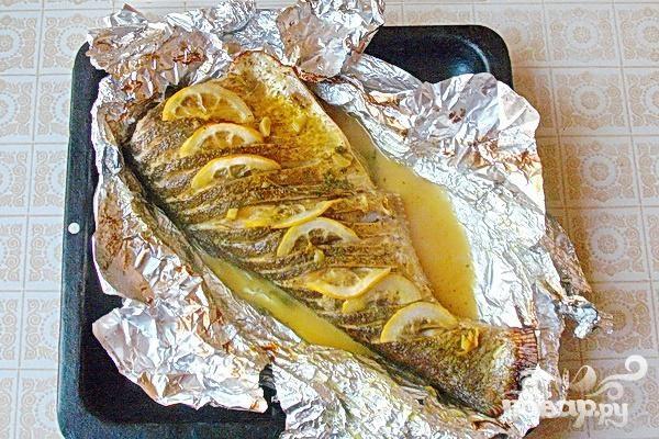 Запеченный толстолоб с лимоном и зеленью