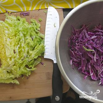 Салат из красной капусты, пекинской капусты и орехов - фото шаг 3