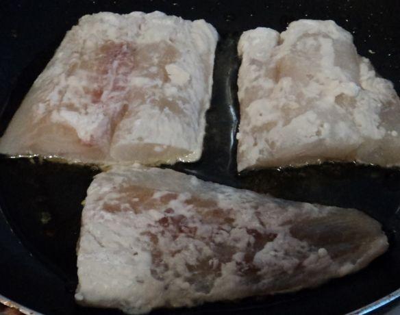 Рыба, тушеная с грибами - фото шаг 2