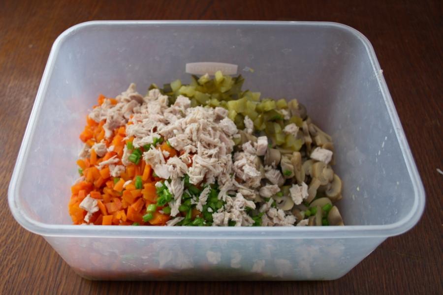 Овощной салат с маринованными грибами и индейкой - фото шаг 5