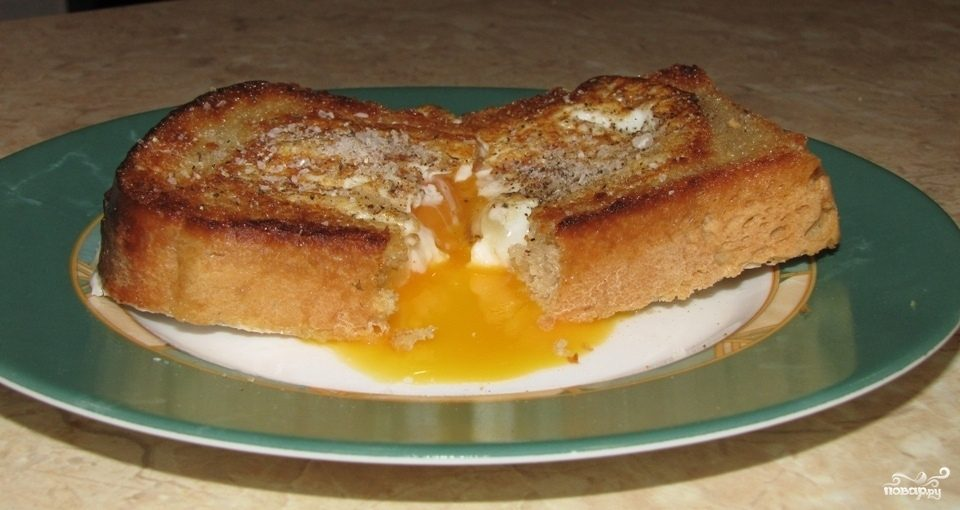Бутерброд с яйцом на сковороде