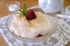 Сметанный десерт с ягодами