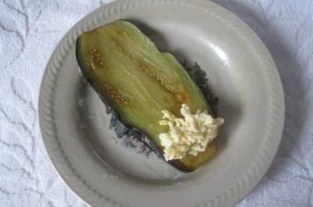 Вкусные рулетики из баклажанов с сыром - фото шаг 6