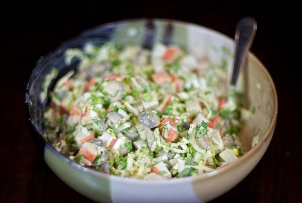 Простой салат с маринованными грибами - фото шаг 7