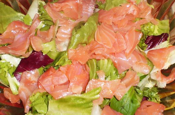 Простой салат с семгой слабосоленой - фото шаг 2