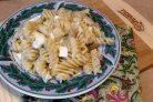 Паста по-турецки с кефиром, луком и соленым сыром