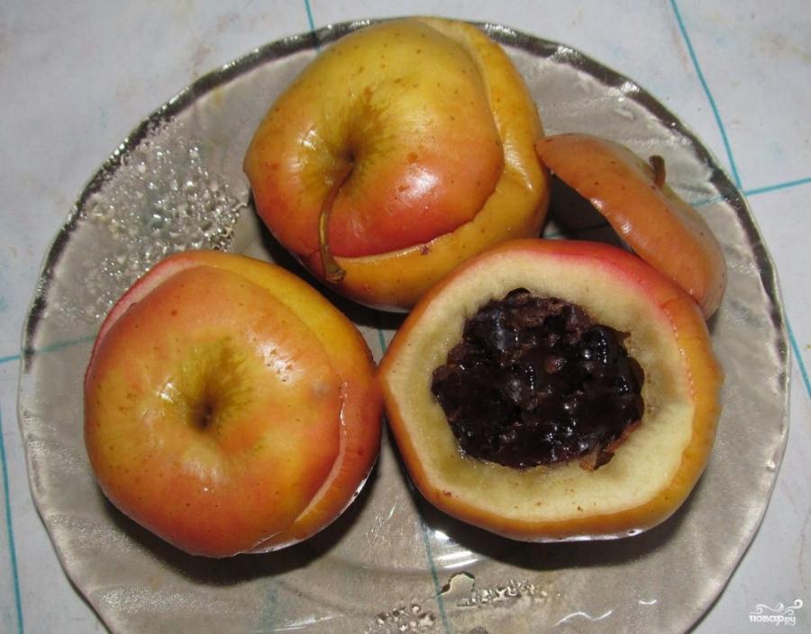 Печеные яблоки с черносливом - фото шаг 3