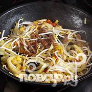 Рис с овощами, укропом и креветками - фото шаг 4