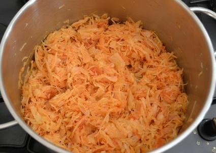 Рецепт тушеной капусты с томатной пастой и сосисками