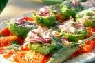 Салат из авокадо и красного лука