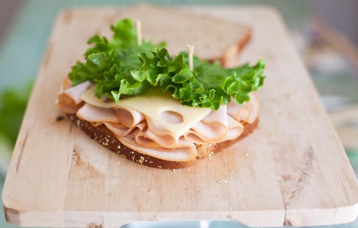 Бутерброды с колбасой на праздничный стол - фото шаг 6