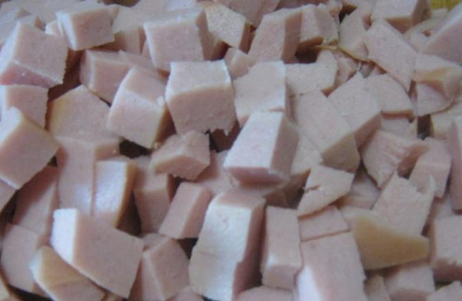 Простой салат с вареной колбасой - фото шаг 2