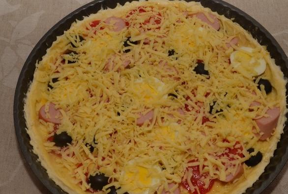 Пицца с сосиской и помидорами - фото шаг 9