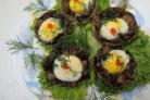 Шампиньоны с перепелиными яйцами в микроволновке