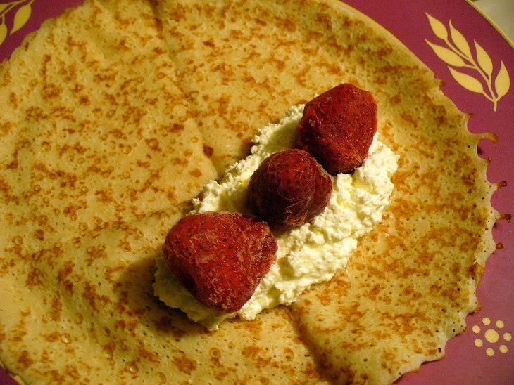 Блинчики с творогом и ягодами - фото шаг 5