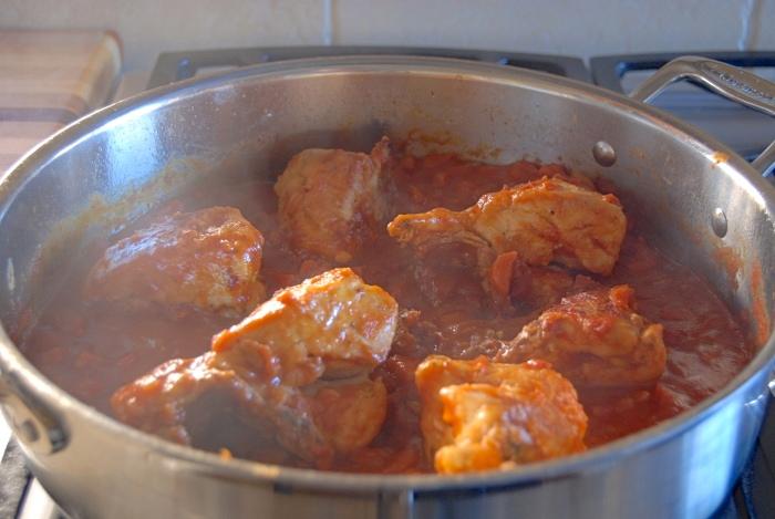 Курица, тушеная в томатном соусе - фото шаг 5