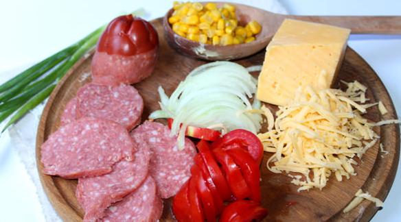 Домашняя пицца с колбасой и сыром - фото шаг 3