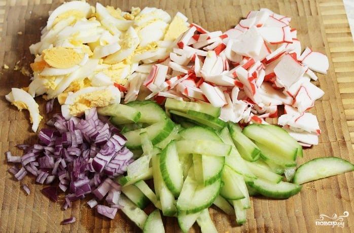 Салат с крабовыми палочками и рисом - фото шаг 1