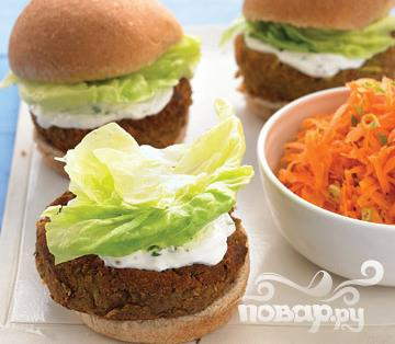 Рецепт Бургеры с йогуртом и морковным салатом