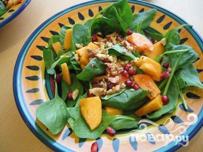 Рецепт Салат с хурмой и орехами
