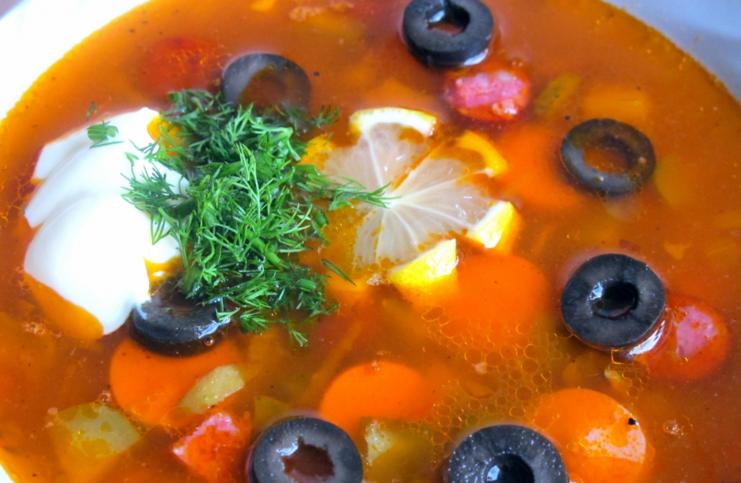 Как сварить суп солянку с оливками