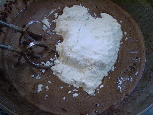 Воздушный шоколадный бисквит - фото шаг 5