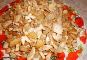 Пирожки из слоеного теста с грибами и картошкой - фото шаг 4