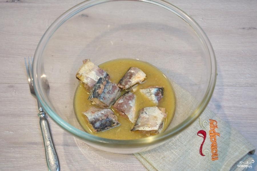 Рыбный салат из консервов - фото шаг 1