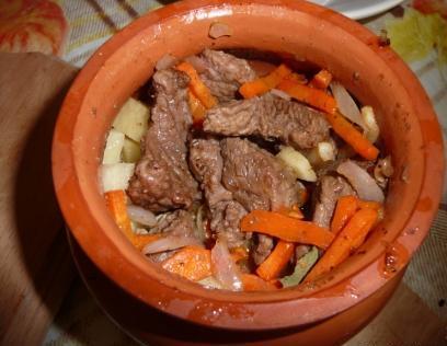 Говядина в горшочках с картошкой - фото шаг 4