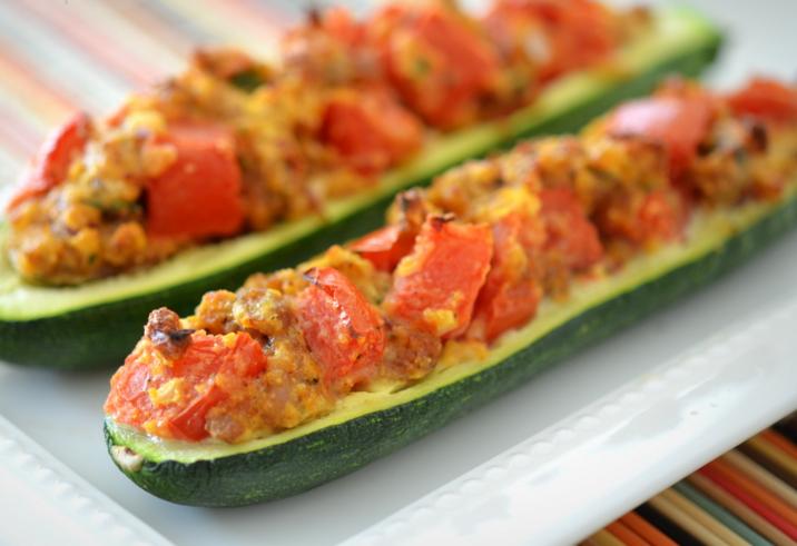 Кабачки, фаршированные овощами и запеченные в духовке - фото шаг 4