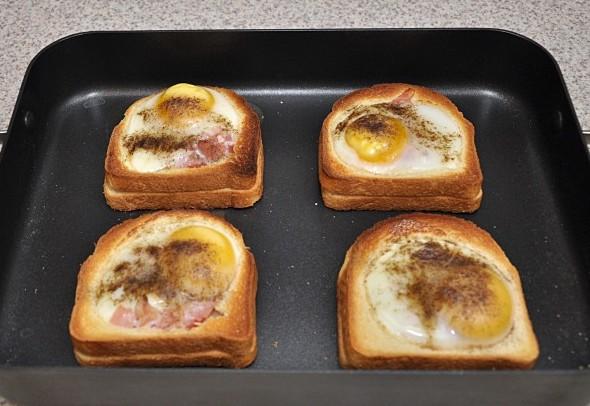 Разогреваем духовку до 200 градусов и запекаем в ней бутерброды, время приготовления зависит от того, яйца какой консистенции вы предпочитаете. Я, например, не люблю застывший белок и желток, поэтому у меня на приготовление уходит не более 10 минут.